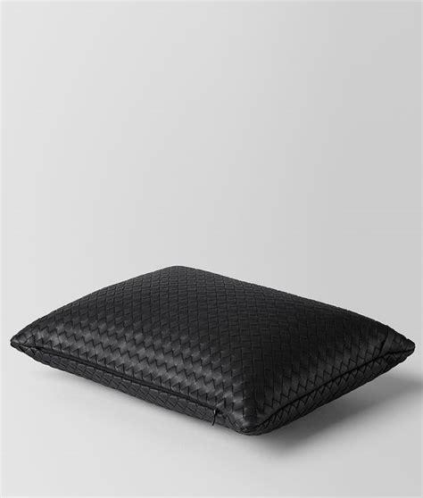 veneta cuscini bottega veneta 174 cuscino in intrecciato nappa nero