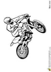 image repr 233 sentant un homme roulant sur un circuit avec