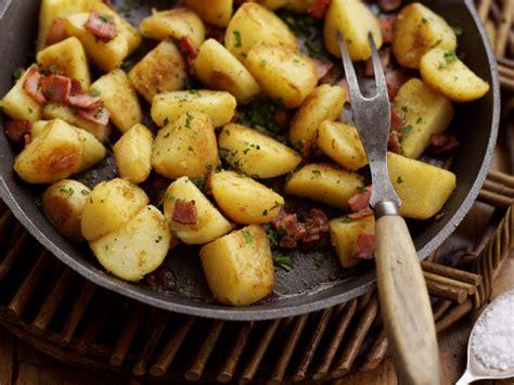 come cucinare patate in padella patate in padella la ricetta per farle croccanti e