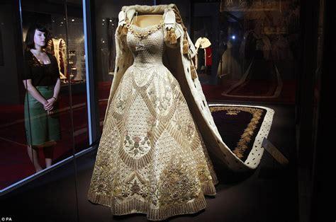 hochzeitskleid queen elizabeth buckingham palace hosts new exhibition of queen elizabeth