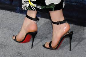 emilia clarke game of thrones emilia clarke wows at game of thrones premiere dc shoes