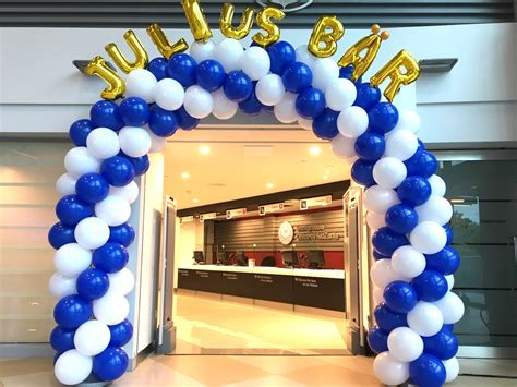 Blue and white spiral balloon arch copy that balloons