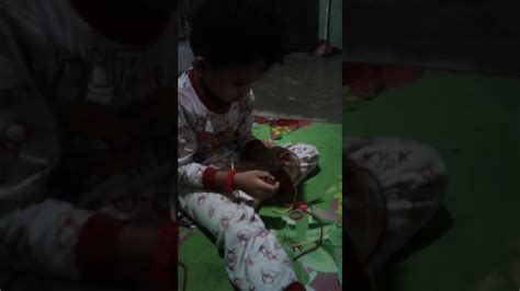 Plung Kambangan Tali Kecil 1 kreatif anak kecil ini membuat gelang dari tali sepatu