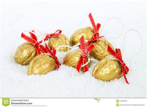 banche immagini free d 233 coration d or de no 235 l noix dans la neige image stock