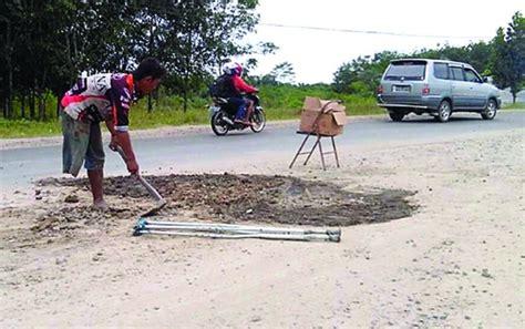 Microwave Di Hartono Malang hartono pria satu kaki yang timbun jalan rusak di kawasan