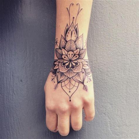 tatuaggio caviglia interna piccoli sulla mano disegno mandala con motivi