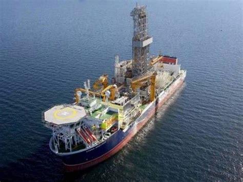 un barco navega un barco pirata navega por aguas argentinas en medio d