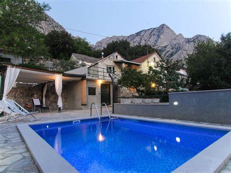 terrasse mit pool steinhaus mit pool meerblick grillplatz terrasse