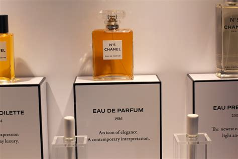 Parfum 5 De Chanel All Aboard The Chanel No 5 Trolley 5 Facts About Chanel No 5 And A 10 7 Ounce Bar