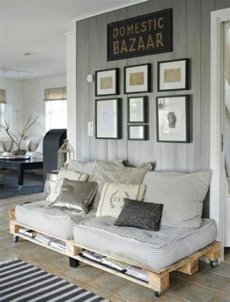 sofa aus paletten bequemes sofa aus paletten mit dekokissen pictures