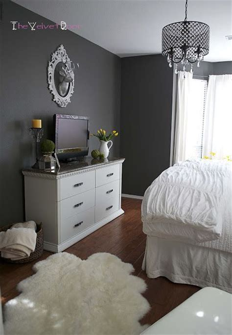 i like the color on the walls and ceiling interior like the colors dark grey walls with white and yellow