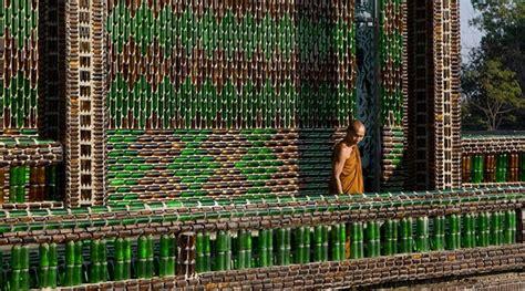 Botol Bir Kosong Sebuah Kuil Di Thailand Dibangun Dengan Menggunakan Botol