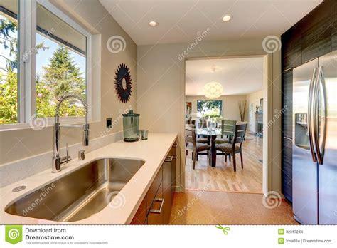 lavelli bianchi piccola nuova cucina moderna con il grande lavandino ed i