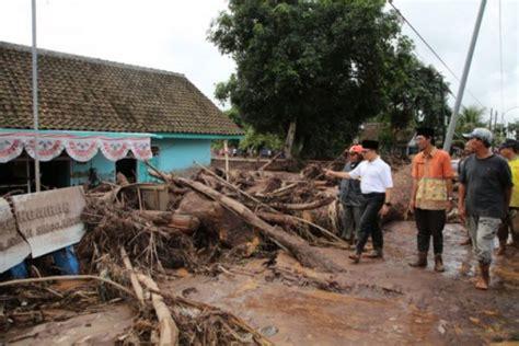 warga gotong royong bantu korban banjir banyuwangi menara62