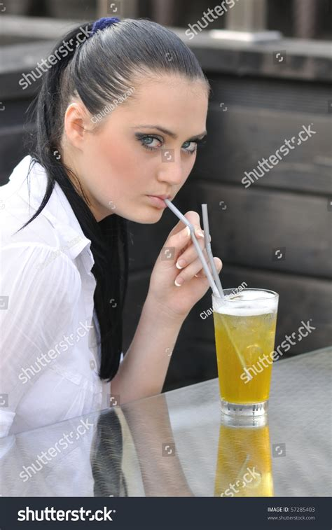 who is the ice tea lady in the geico ad pretty young lady with beautiful eyes drinking ice tea