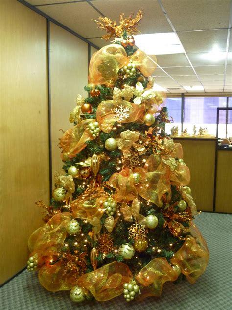 arbol de navidad con decoraci 243 n en tonos dorados