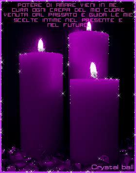 candele verdi digitando una candela per ogni dedica ed ogni