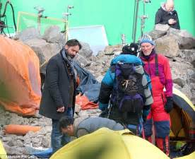 film everest quando esce in italia jake gyllenhaal dons climbing suit hat and goggles for