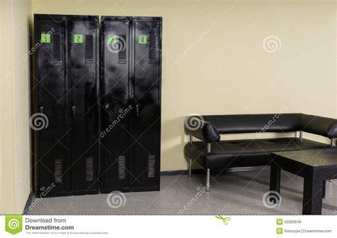 armadi neri spogliatoio con gli armadi il banco e la tabella