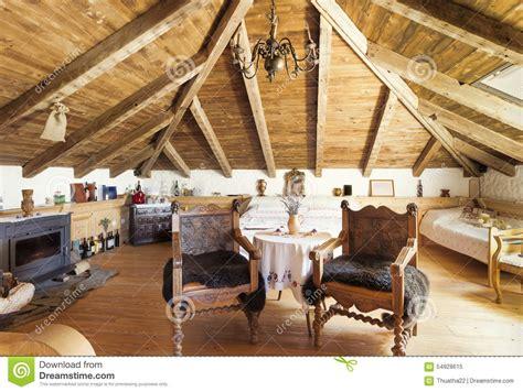 nella soffitta interno di una stanza rustica nella soffitta immagine