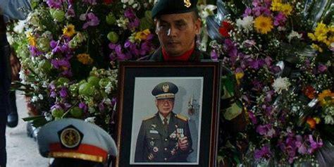 Dunia Spiritual Soeharto Arwan Tuti Artha soeharto bukan pahlawan tien soeharto ken dedes orde baru