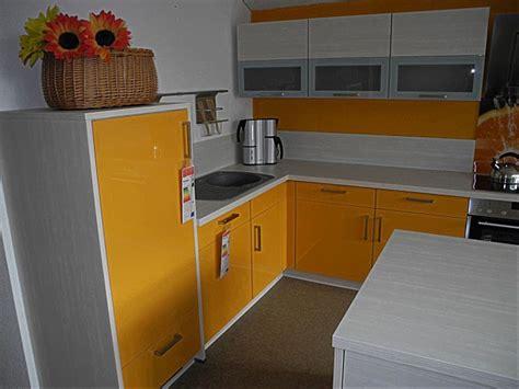 grüne küche inseln wohnzimmer gelb rot