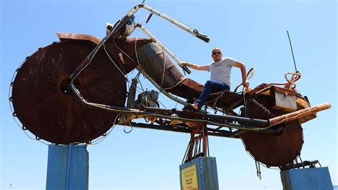 atik metallerden yapilan  metrelik motosiklet heykeli
