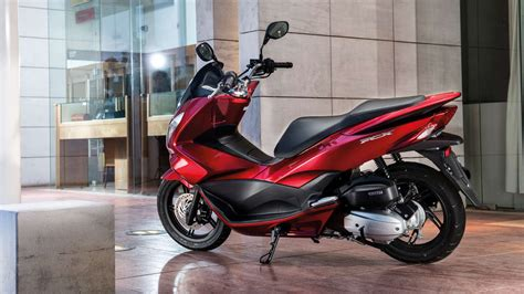 125ccm Roller Vs Motorrad by Honda Pcx Get More Out Of The City Honda Uk