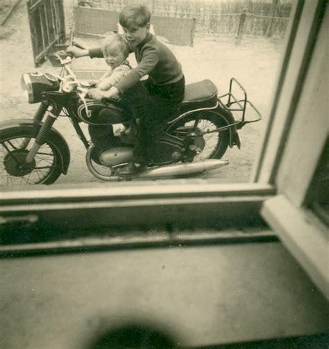 Motorrad Anmelden G Tersloh by Junge Auf Einem Motorrad Junge Mit Bruder Auf Einem