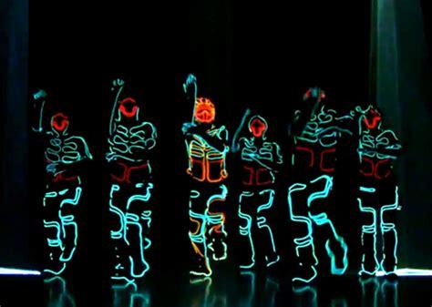 trippy japanese tron lightsuit dance routine geekologie
