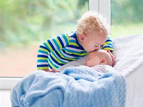 cuando nace un hermanito viene un hermanito 191 c 243 mo evitar los celos del hermano mayor