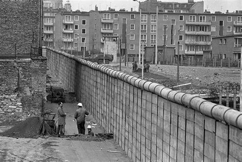the berlin wall story the story of berlin wall in pictures 1961 1989