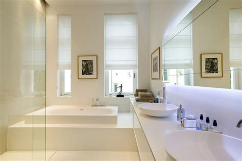 bagno con vasca incassata arredamento moderno con design di grande stile in una casa