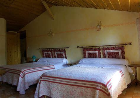 chambre deux lits la chambre grenat chambres et table d h 244 tes