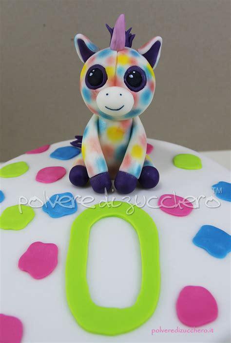 interno torta pasta di zucchero torta decorata con i peluches con gli occhi grandi gli