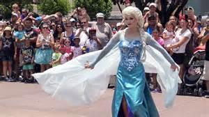 Frozen royal welcome parade anna elsa kristoff amp olaf frozen