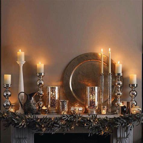 velas y candelabros chimenea decorada solo con velas y candelabros en dorado y