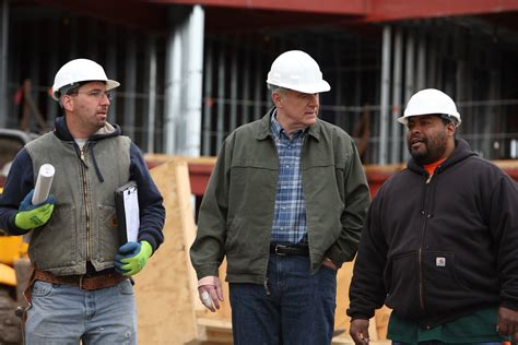 file tom barrett talking with construction workers jpg wikimedia commons