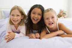 drei in einem bett schauspieler frau die im bett mit dem lachen mit zwei jungen m 228 dchen