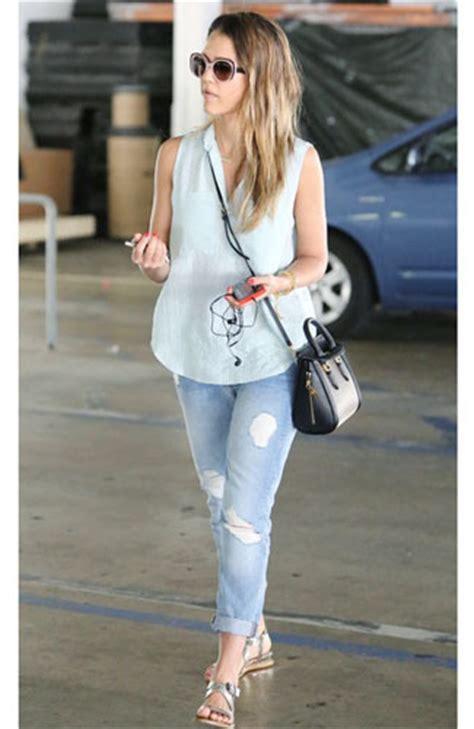 Hw Ripped Biru Tua tips memadukan celana robek ala 8 seleb mode fashion carapedia