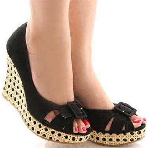 siyah beyaz modern dolgu topuk ayakkabi modelleri beyaz şık dolgu topuk ayakkabı modeli seninleyiz kadın