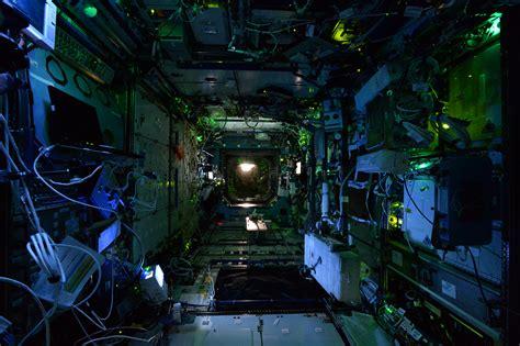 space interno tour notturno della stazione spaziale internazionale al buio