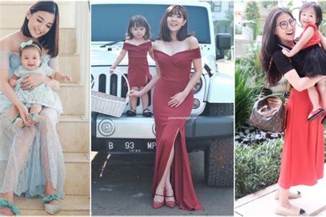 Dress Kharisma Biru 11 ide gaya kembaran ibu anak buat kondangan dari para seleb