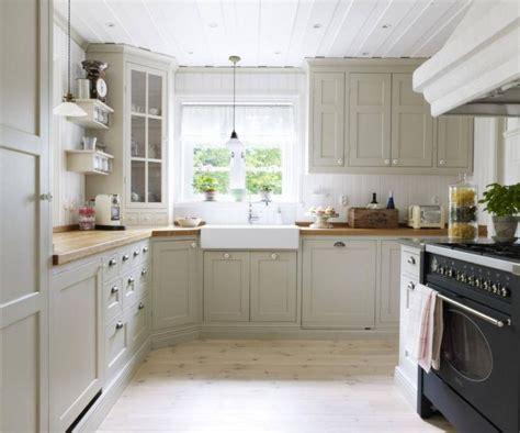 light gray green kitchen cabinets ett klassiskt ljusgr 229 tt k 246 k snyggt kitchen