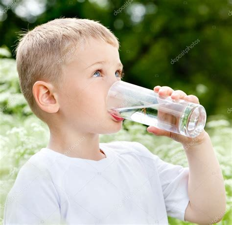 imagenes niños bebiendo agua ni 241 o bebiendo agua pura fotos de stock 169 maxoidos 9484875