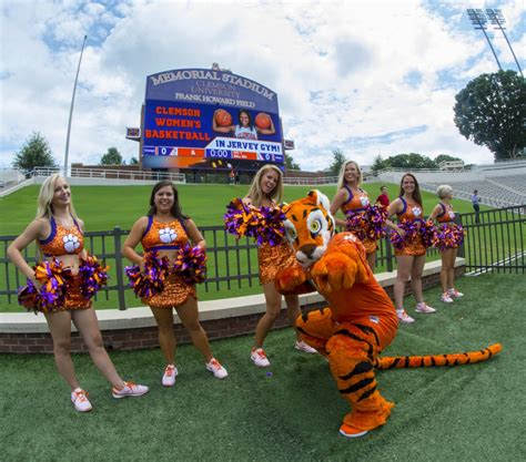 Clemson Mba Stats by Students Form Human Tiger Paw As Clemson Opens The