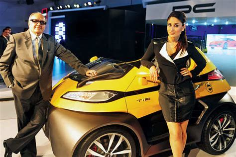 hot chips raipur kareena kapoor khan unveils cars at auto expo 2014 delhi
