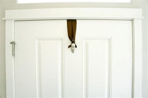 How To Hang A Christmas Wreath Without Damaging Your Door Hanging A Front Door