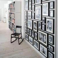 parete di cornici come appendere e disporre i quadri consigli