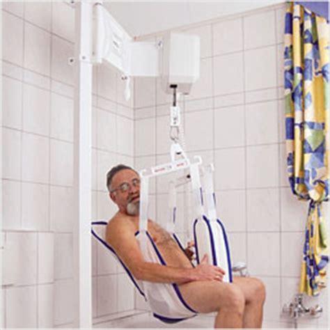 schwenklift badewanne deckenlift idumo badelifte wannenlifte badehilfen